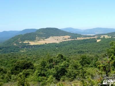 Parque Natural de Izki; pistas y senderos bastones para senderismo imagenes de campamentos de verano